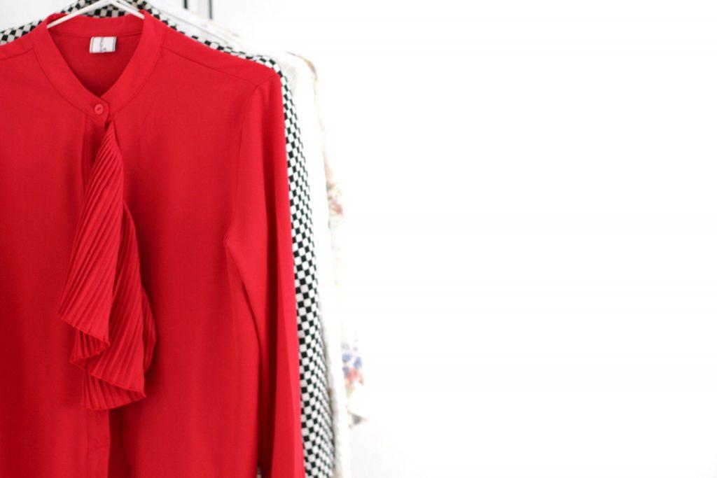 5 questions à vous poser avant d'acheter de nouveaux vêtements pendant les soldes