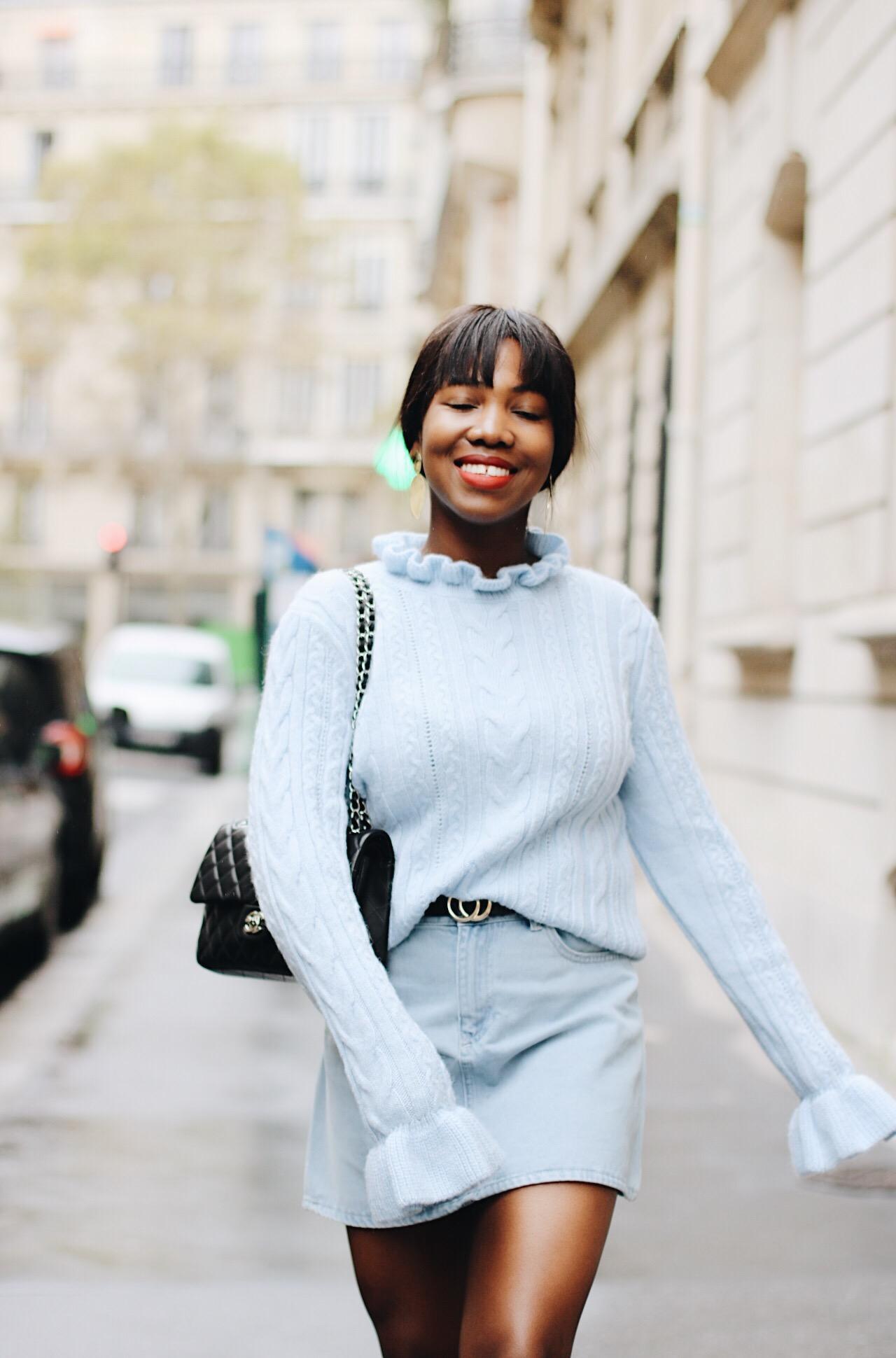 Paris et le pull bleu ciel à volants