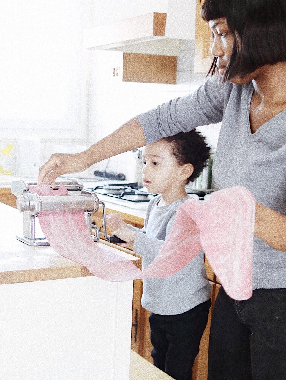 Trysha Gaba - Fabrication maison de tagliattelles avec mon fils